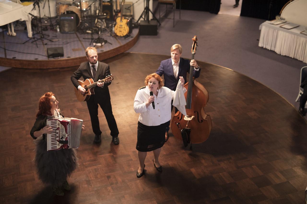 Laulavat Tarjoilijat ja Tessa Virta Trio