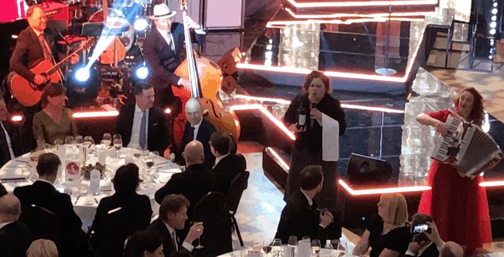 Laulavat tarjoilijat ja Tessa Virta Orkesteri Journalistigaala 2018