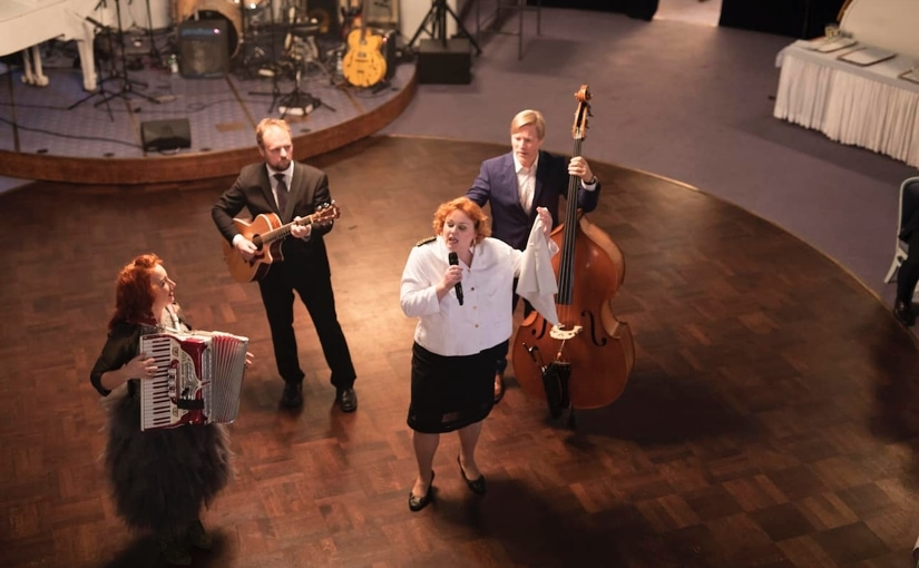 Laulavat Tarjoilijat ja Tessa Virta Orkesteri